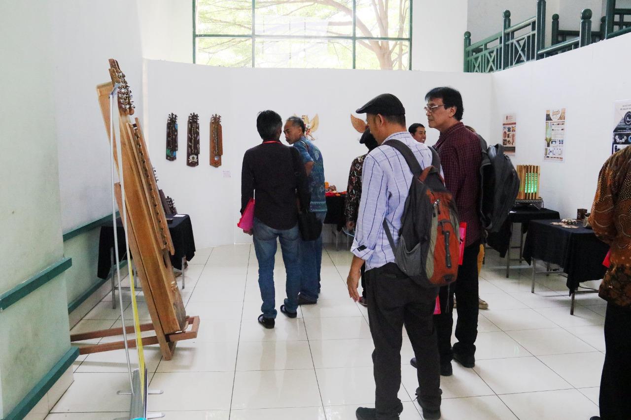 """Kegiatan Seminar Nasional dan Pameran Hasil Penelitian dan Pengabdian Masyarakat """"Seni, Teknologi dan Masyarakat #4"""""""